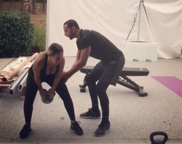 Rio Ferdinand hăng hái giúp bạn gái đẩy tạ - Bóng Đá