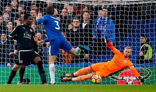 Kante thất thần nhìn Cahill rời sân ngay hiệp một - Bóng Đá