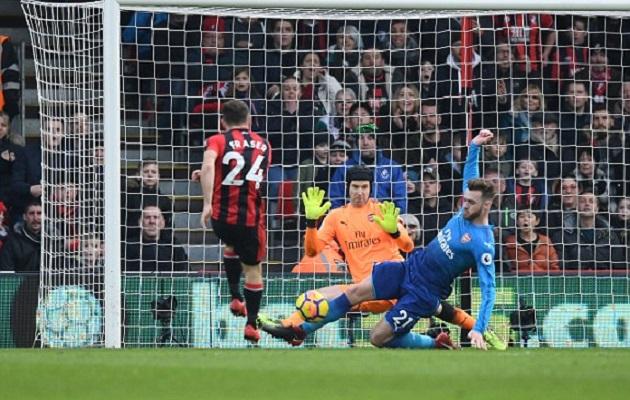 Hàng thủ Arsenal ngơ ngác trước cú ra chân của Callum Wilson - Bóng Đá