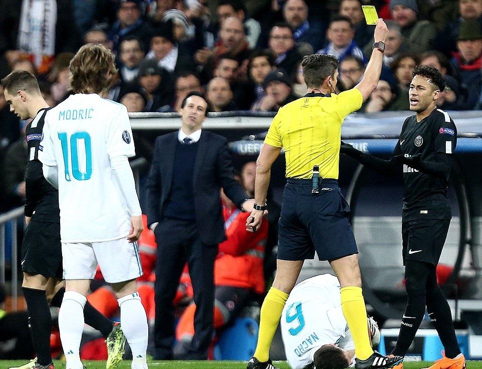 Bi hài cảnh trọng tài Rocchi lãnh trọn cú sút của Neymar - Bóng Đá