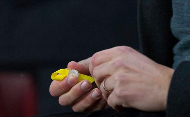 Pep Guardiola tháo ruy băng vàng ủng hộ Catalan - Bóng Đá