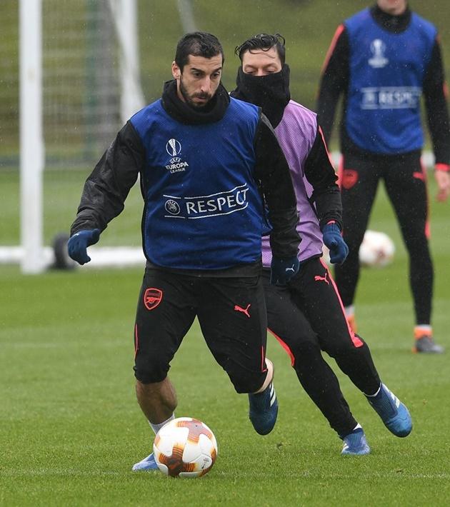 Wenger và Pires đội mưa, động viên học trò vượt khó trước Atletico - Bóng Đá