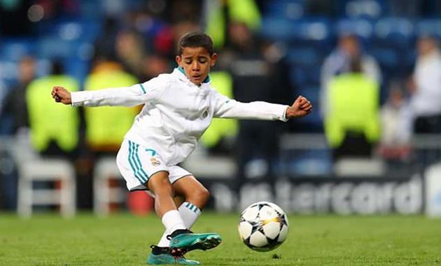 Con Ronaldo ăn mừng chiến thắng theo cách