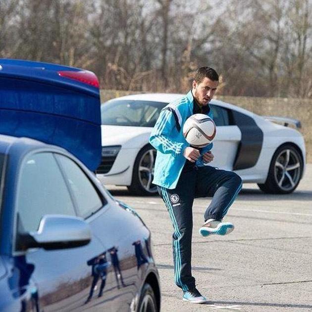 Ngoài đá bóng giỏi, Hazard còn có bộ siêu tập xế hộp