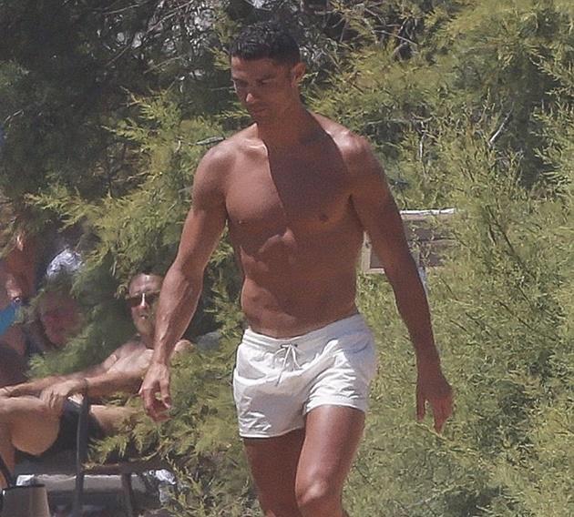 Đi nghỉ mát, Ronaldo không quên giữ phong độ bằng cách chơi bóng... chuyền - Bóng Đá