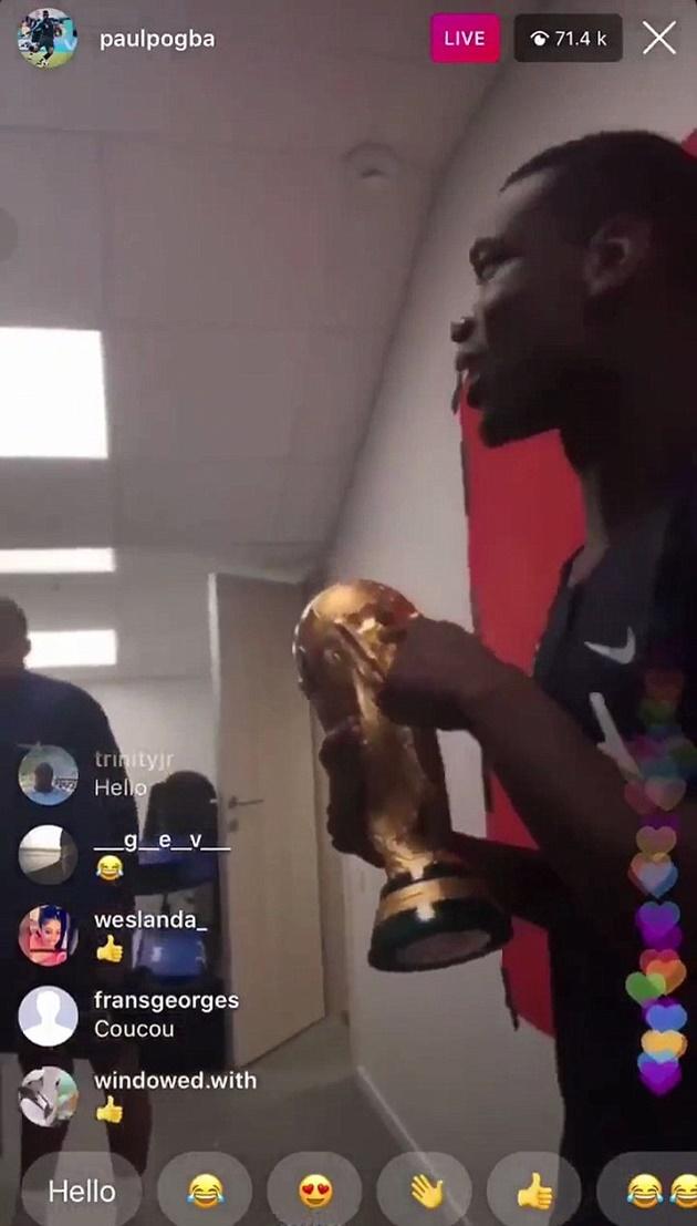 Pogba quẩy nhiệt tình với cúp vàng cùng đồng đội,