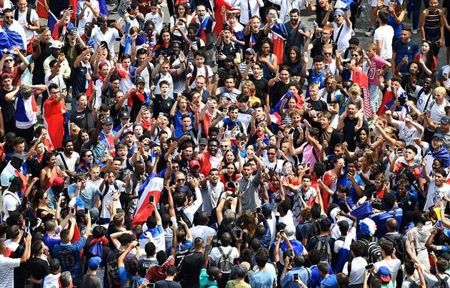 Nửa triệu người Pháp xuống phố, chào đón những người hùng dân tộc về nước - Bóng Đá