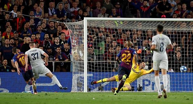 Sao Inter dùng cách siêu dị để chặn Suarez sút phạt - Bóng Đá