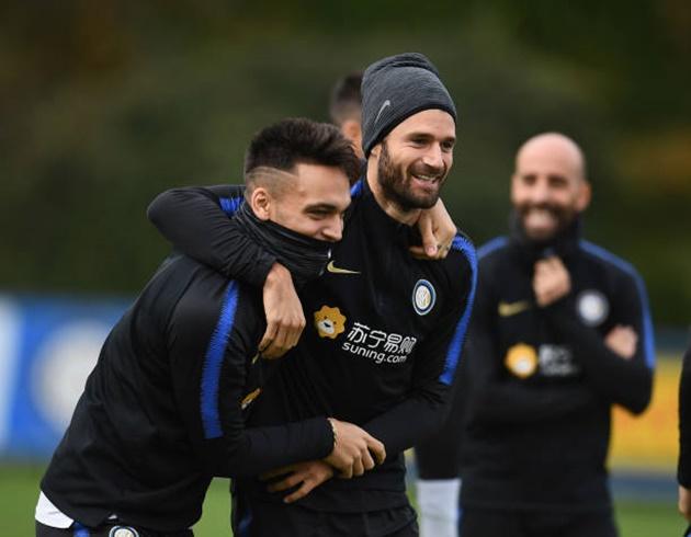 Nainggolan diện quả đầu cực chất, quyết tâm giúp đội nhà bám đuổi Juventus - Bóng Đá