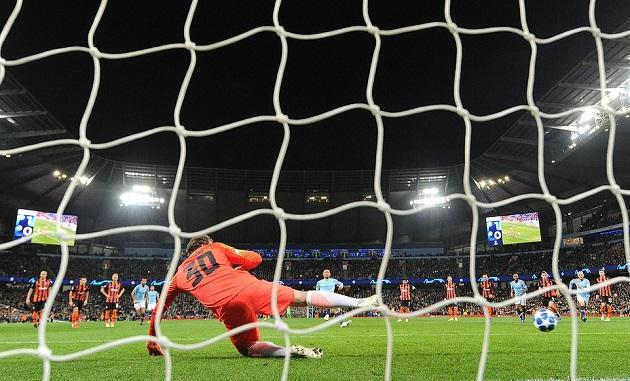 Cầu thủ Shakhtar Donetsk phản ứng ra sao khi nhìn Sterling vấp cỏ thành công? - Bóng Đá