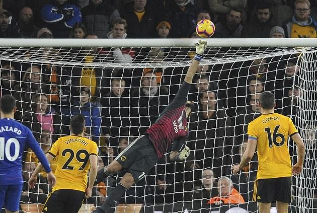 Cầu thủ Wolves ôm mặt sau sau cú va chạm làm Fabregas nằm bất động - Bóng Đá