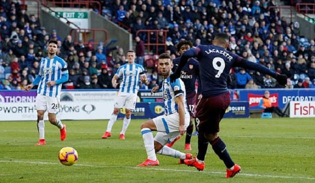 5 điểm nhấn Huddersfield 1-2 Arsenal: Trò cưng của Emery lên tiếng, Pháo thủ đứng trên vai