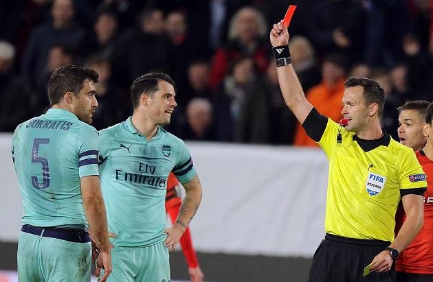 Sokratis lãnh thẻ đỏ và đây là thái độ khó tin của Emery với học trò - Bóng Đá