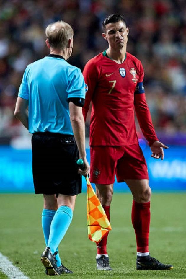 Thi đấu thất vọng, Ronaldo tìm đến người không ngờ để phàn nàn - Bóng Đá