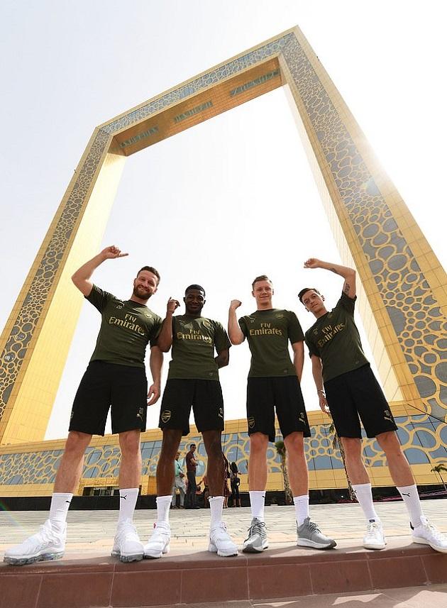 Ozil cười thả ga ngồi xe bus hai tầng dạo phố phường Dubai - Bóng Đá