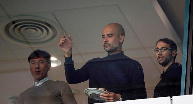 Pep Guardiola lặng người nhìn Liverpool nâng cúp - Bóng Đá