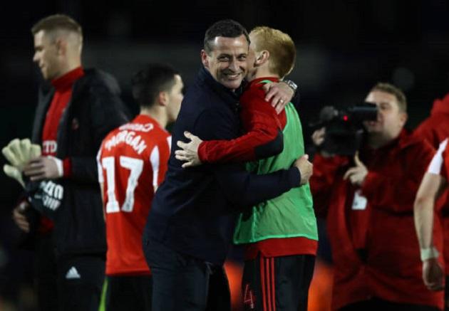Cầu thủ Sunderland bị CĐV đối thủ hành hung ngay khi đang thi đấu - Bóng Đá
