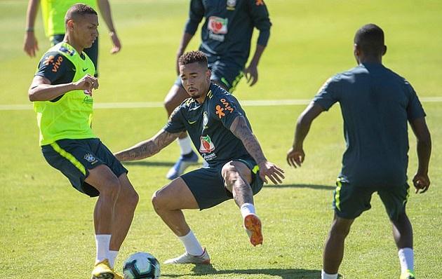 Vừa lên tuyển, Neymar đã luyện tuyệt kĩ