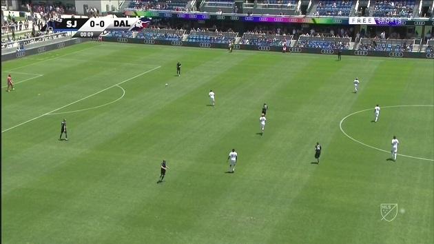Chơi chân chưa giỏi đã tập phát triển bóng, thủ môn ở MLS mắc sai lầm cười ra nước mắt - Bóng Đá