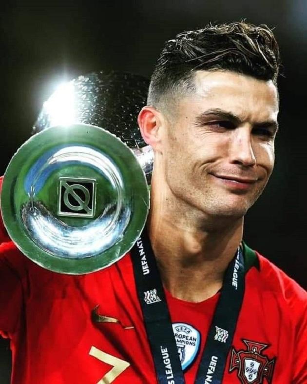 Biểu cảm khó đỡ của Ronaldo khi nâng cúp bạc - Bóng Đá