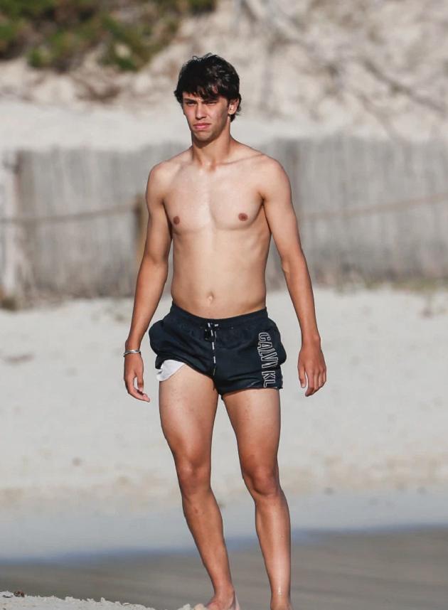 Joao Felix chơi bóng ở bãi biển - Bóng Đá