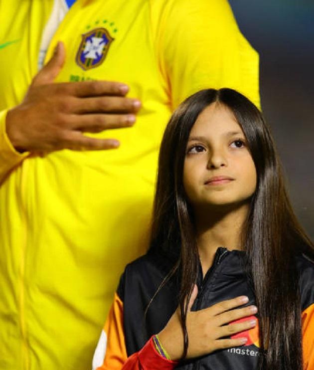 Không phải Coutinho, cô bé mascot này mới là tâm điểm của trận khai mạc Copa - Bóng Đá