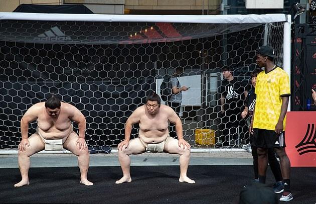 Pogba xem Sumo - Bóng Đá
