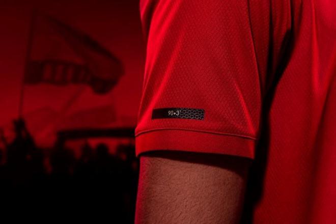 Mặc tin đồn bủa vây, Pogba tươi tắn diện mẫu áo sân khách mới toanh - Bóng Đá