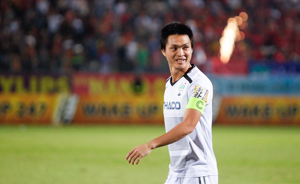 Nguyễn Tuấn Anh với tấm băng đội trưởng trên tay - Bóng Đá