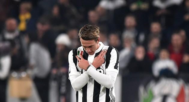 Juventus considering swapping Bernardeschi with Smalling  - Bóng Đá