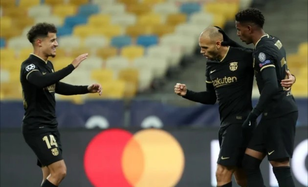 17 - Với thắng lợi trước Dynamo Kyiv, Barcelona đã có lần thứ 17 liên tiếp bước vào vòng đấu knockout của Champions League. Đây cũng là thành tích cao thứ hai trong lịch sử, chỉ kém mỗi Real Madrid (23 lần).