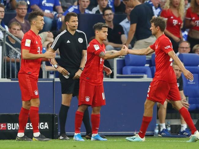 Niềm vui rạng rỡ của Coutinho khi chụp ảnh cùng toàn đội Bayern - Bóng Đá