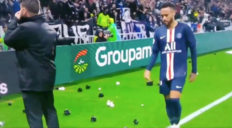 PSG star Neymar has items thrown at him by Lyon  - Bóng Đá