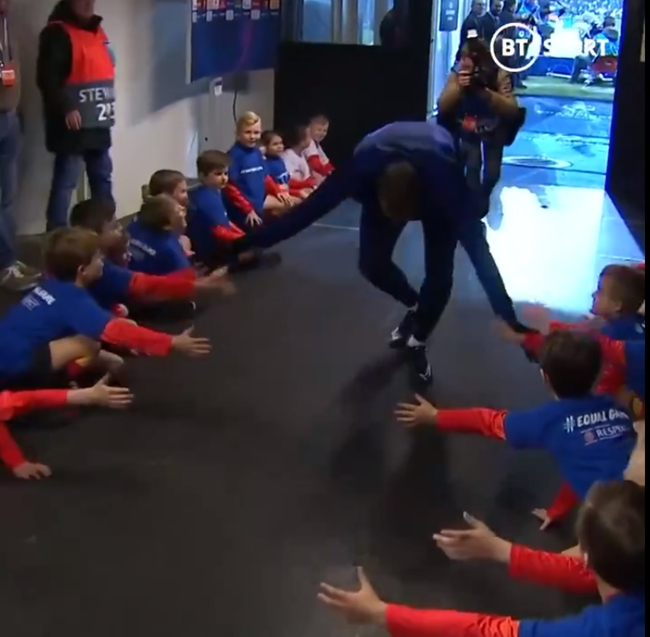 Fans praise Kylian Mbappe's attitude as he is shown high-fiving every single mascot - Bóng Đá