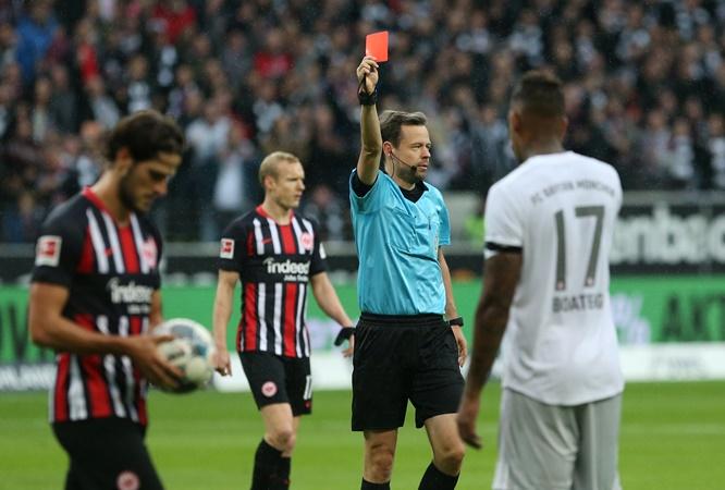 Chiếc thẻ đỏ của Boateng khiến Bayern thiếu hụt trung vệ.