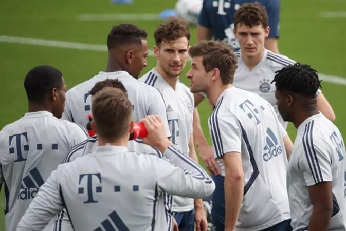 Kung-fu Bayern: Neuer and Zirkzee collide during training session - Bóng Đá