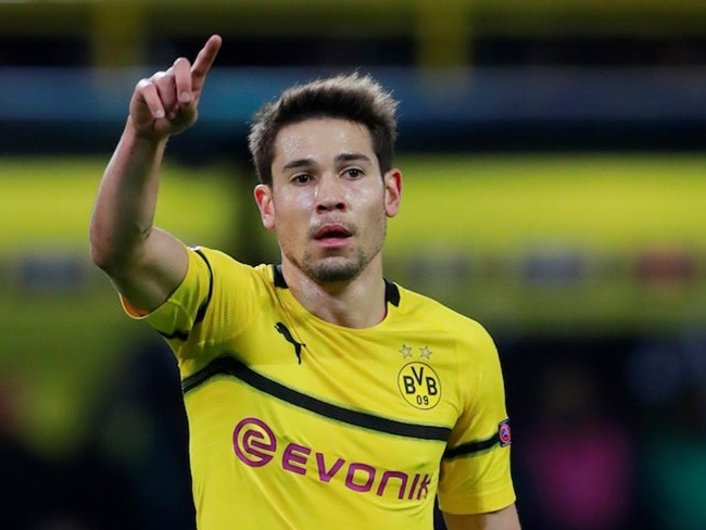 Barcelona are reportedly considering a summer move for Borussia Dortmund defender Raphael Guerreiro. - Bóng Đá
