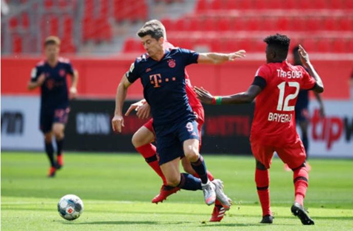 "Lewandowski ""bắn hạ"" kỷ lục cá nhân, Bayern vươn nanh trước Leverkusen"