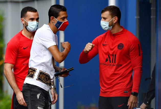 Lộ diện với khẩu trang cực ngầu, dàn sao PSG trở lại sân tập.