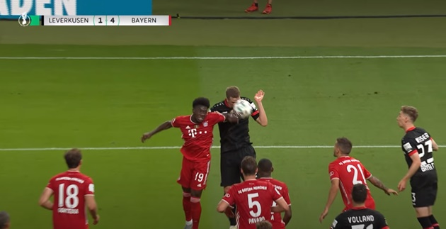 Neuer kiến tạo từ phần sân nhà, Bayern hoàn tất