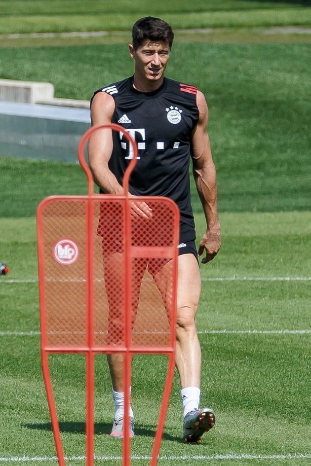 Lewandowski khoe cơ bắp cuồn cuộn chẳng kém Ronaldo - Bóng Đá