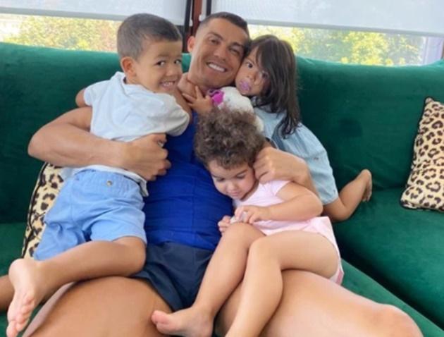 Ronaldo xuất hiện với bộ tóc mới - Bóng Đá