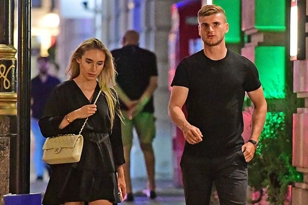 Timo Werner walks the London streets with his girlfriend - Bóng Đá