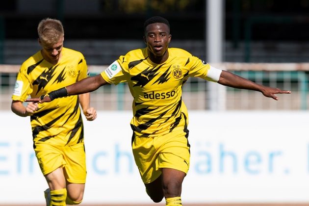 Youssoufa Moukoko starts with a hat-trick in the 5-0 victory - Bóng Đá