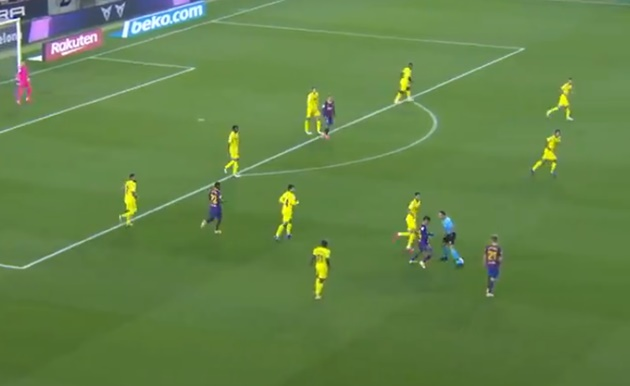 Philippe Coutinho nutmegs the referee during Barcelona win over Villarreal - Bóng Đá