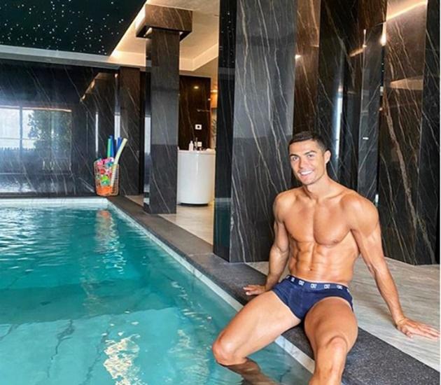 Ronaldo khoe cơ bắp tại hồ bơi trong nhà - Bóng Đá