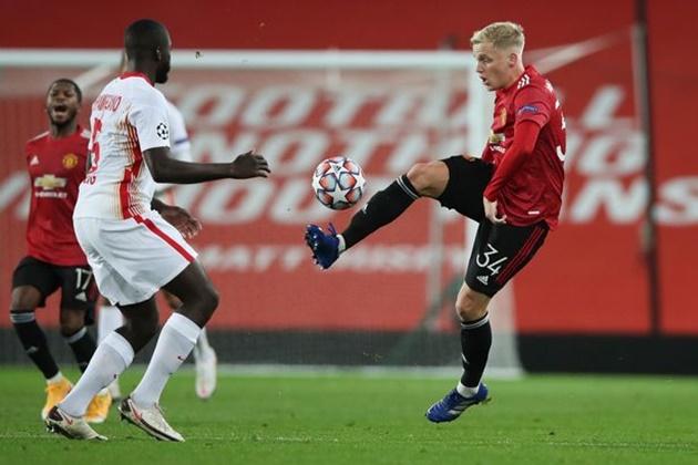 Donny van de Beek not worried about lack of Man Utd opportunities, says Frank de Boer - Bóng Đá
