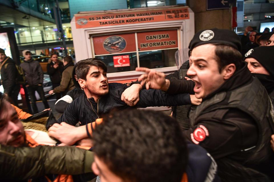 Turan bị fan vây kín khi về Thổ Nhĩ Kỳ - Bóng Đá