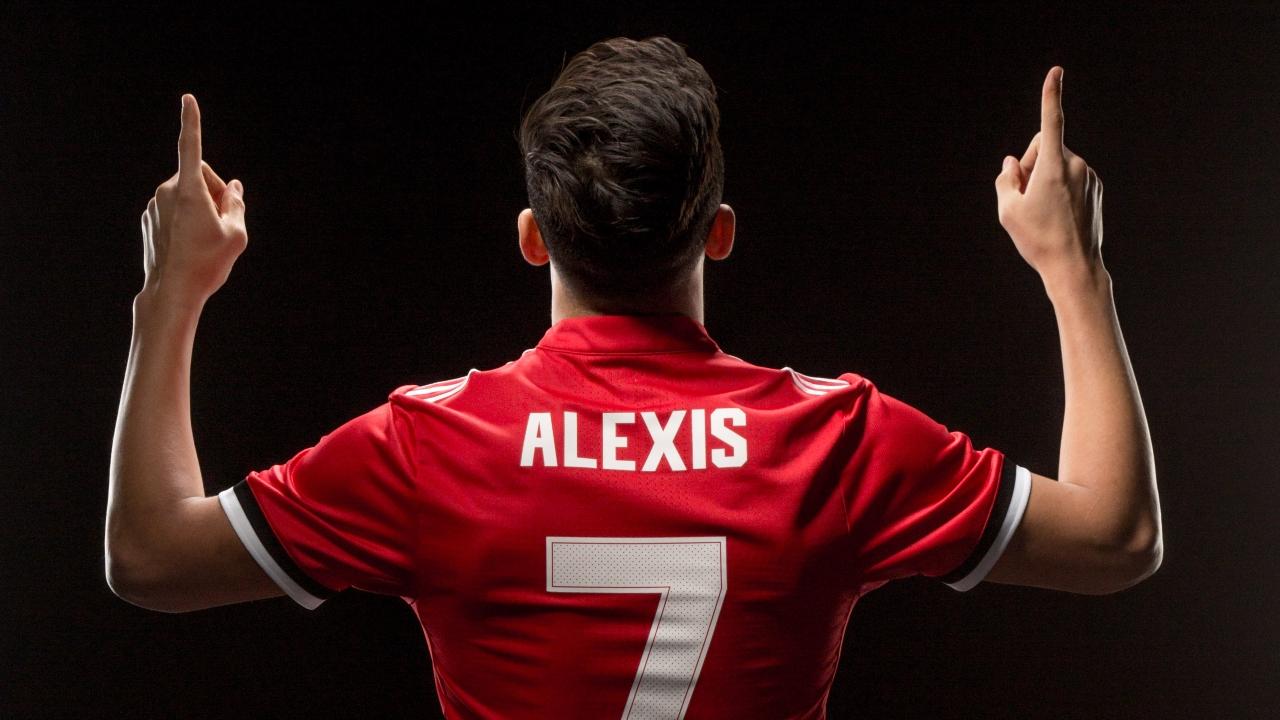 CĐV Man Utd phấn khích trong ngày đón Alexis Sanchez - Bóng Đá