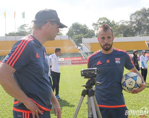 Hai chuyên gia bóng đá Lyon từng có mặt trên sân Thống Nhất – TP.HCM khảo sát thực tế. Ảnh: Đình Viên.